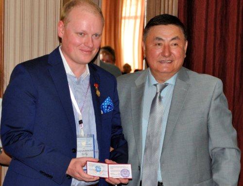 Drhab. n. med. Piotr H. Skarżyński otrzymał złoty medal zokazji 55-lecia Narodowego Instytutu Matki iDziecka wBiszkeku
