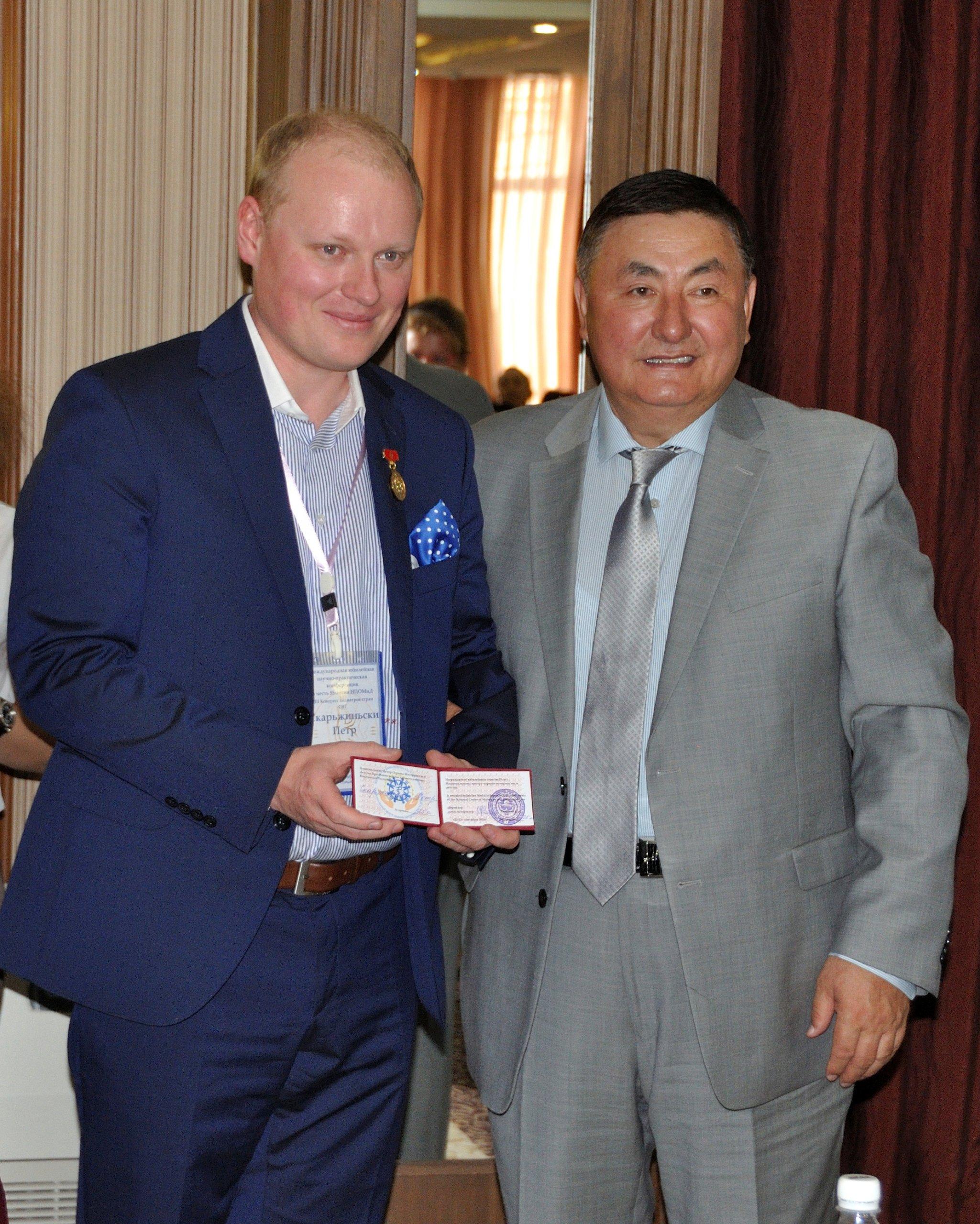 dr hab. n. med. mgr zarz. Piotr H. Skarżyński otrzymał złoty medal zokazji 55-lecia Narodowego Instytutu Matki iDziecka wBiszkeku